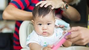 mencukur rambut bayi